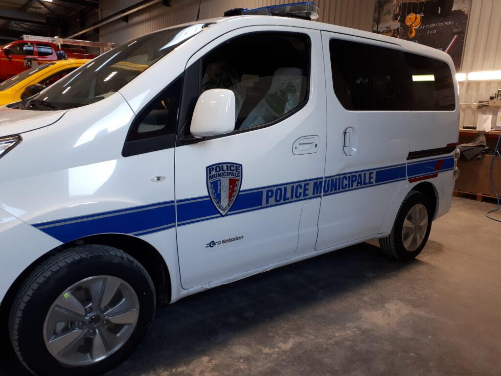 Travail de marquage sécurité - voiture police